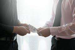 Общаться 2 бизнесменов Стоковое Изображение