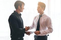 Общаться 2 бизнесменов Стоковые Фото