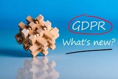 Общая регулировка защиты данных или соответствие GDPR - что ново Вопрос на голубой предпосылке с деревянным мозгом стоковая фотография