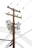 Общего назначения полюс с силовыми кабелями и трансформаторами Стоковая Фотография