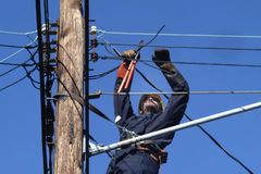 Общего назначения работник работая на электрических линиях в Гринбелт, Marylandm стоковое изображение