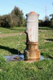 Общественная питьевая вода фонтана бесплатно в Италии Стоковое фото RF