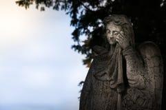 Общественная скульптура плача ангела в кладбище Стоковое Изображение RF
