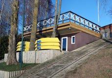Общественная станция гребли озера закрыта на зима Стоковое Изображение