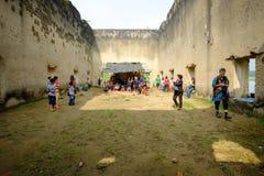 Общественная старая старая зала vihara вышла в лес на 100 лет в виске wiwekaram Стоковое Изображение RF