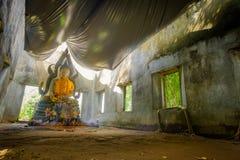 Общественная старая тайская статуя Будды вышла в лес на 100 лет в виске Wat Somdej Стоковое Фото