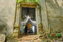 Общественная старая тайская статуя Будды вышла в лес на 100 лет в виске Wat Somdej Стоковая Фотография