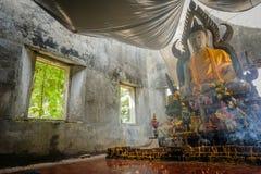 Общественная старая тайская статуя Будды вышла в лес на 100 лет в виске Wat Somdej Стоковые Фото