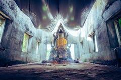 общественная старая тайская статуя Будды вышла в лес на 100 лет Стоковая Фотография RF