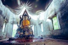 общественная старая тайская статуя Будды вышла в лес на 100 лет Стоковое Фото