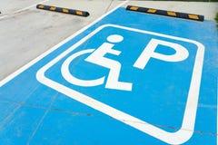 Общественная стоянка для неработающего для стоянки автомобиля инвалида, обеспечивая удобство в жить в обществе, здоровье стоковое изображение rf