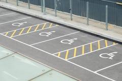 Общественная стоянка для неработающего для стоянки автомобиля инвалида, обеспечивая удобство в жить в обществе, здоровье стоковые фотографии rf
