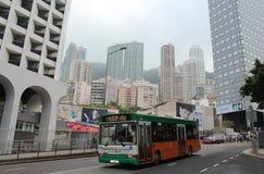 Общественная шина на одной улице в Гонконге стоковое изображение rf