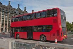 Общественное движение, красная шина двухэтажного автобуса на мосте Вестминстера Стоковое фото RF