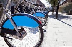 Общественные арендные велосипеды в линии, Лондоне, Великобритании Стоковые Фотографии RF