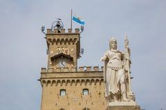 Общественные дворец и статуя свободы marino san Республика Сан m Стоковая Фотография RF