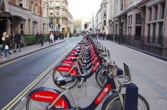 Общественные циклы на улице Лондона, экологический переход Стоковое Фото