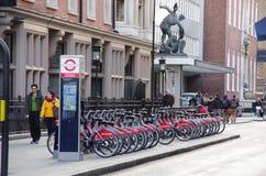 Общественные циклы на улице Лондона, экологический переход Стоковая Фотография