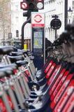 Общественные циклы на улице Лондона, экологический переход Стоковое Изображение