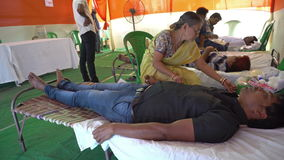 Общественный лагерь донорства крови - редакционный отснятый видеоматериал запаса сток-видео