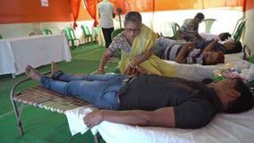 Общественный лагерь донорства крови - редакционный отснятый видеоматериал запаса видеоматериал