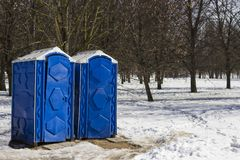 Общественный голубой туалет в пляже стоковые изображения rf