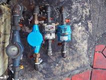 Общественный запятнанные счетчик воды и тубопровод, старое пакостное Стоковая Фотография RF