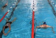 Общественный крытый бассейн, здоровье улучшая людей заплывания и w Стоковая Фотография RF