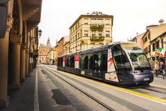 Общественный местный транспорт в Италии, возвращение трамвая от Basilic di Sant Антонио в Padova стоковые изображения rf