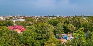 Общественный парк города отдыха и развлечений на переднем плане панорамного взгляда города ландшафт урбанский Стоковые Фотографии RF