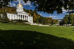 Общественный парк - исторический дом положения - капитолий в цветах осени/падения - Монпелье, Вермонте Стоковое Изображение RF