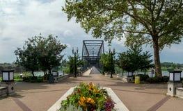 Общественный парк и идя мост стоковая фотография
