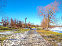 Общественный парк около реки покрытого с снегом Стоковое Изображение RF