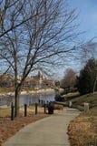Общественный парк тропы водя к реке, Kansas City, Миссури Стоковые Фотографии RF