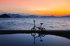 Общественный паром груза, городок Кеннеди, Гонконг: одно из немногих самых лучших мест для принимать фото захода солнца с отражен стоковая фотография