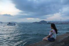 Общественный паром груза, городок Кеннеди, Гонконг: одно из немногих самых лучших мест для принимать фото захода солнца с отражен стоковое фото rf