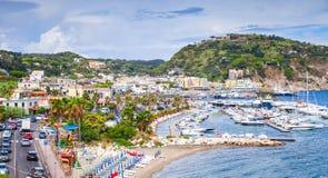 Общественный пляж курортного города Lacco Ameno, Ischia стоковая фотография rf