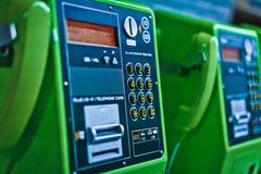 Общественный телефон зеленого цвета монетки вставки стоковые изображения rf