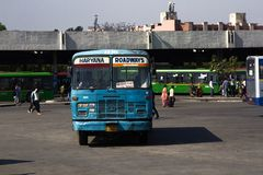 Общественный транспорт и люди Индии на регулярн день Стоковые Изображения