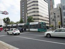 Общественный транспорт трамвая на улицах Хиросимы Стоковые Изображения RF