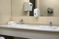общественный туалет раковины Стоковая Фотография RF