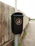 Общественный черный ящик на изолированном столбе металла Стоковые Фотографии RF
