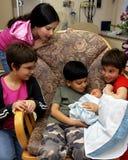 общество восхищением newborn Стоковые Изображения