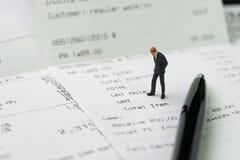 Общефирменные расходы, цена или концепция оплаты, миниатюрное businessma стоковые изображения rf