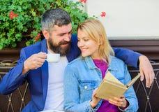 Общие интересы Пары в влюбленности сидят терраса кафа Человек с бородой и белокурая женщина прижимаются на романтичной дате роман стоковое фото