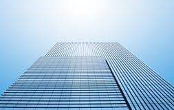 Общие современные небоскребы дела, многоэтажные здания, архитектура поднимая к небу, солнце Стоковые Изображения