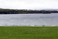Общий вид на Portrush от западного пляжа стренги стоковые фотографии rf