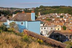 Общий вид городка Hastings старого от западного холма с восточными холмами на заднем плане, Hastings, Великобритания Стоковая Фотография