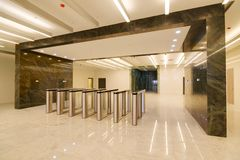 Общий интерьер офисного здания стоковое изображение