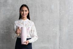 Общительная женщина держа современный чайник в оружиях Стоковая Фотография RF
